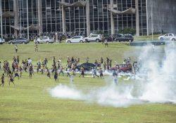 Protesto pacífico de indígenas é atacado pela polícia na frente do Congresso Nacional