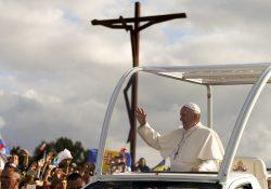 Francisco reza na Capelinha das Aparições em Fátima
