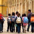 35_criancas-andam-com-mochilas-em-passeio