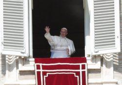 """""""Deus sempre nos procura, nos espera e nos ama por primeiro"""", diz Francisco"""