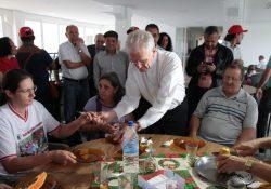 CNBB acolhe membros do Movimento dos Pequenos Agricultores para primeira refeição