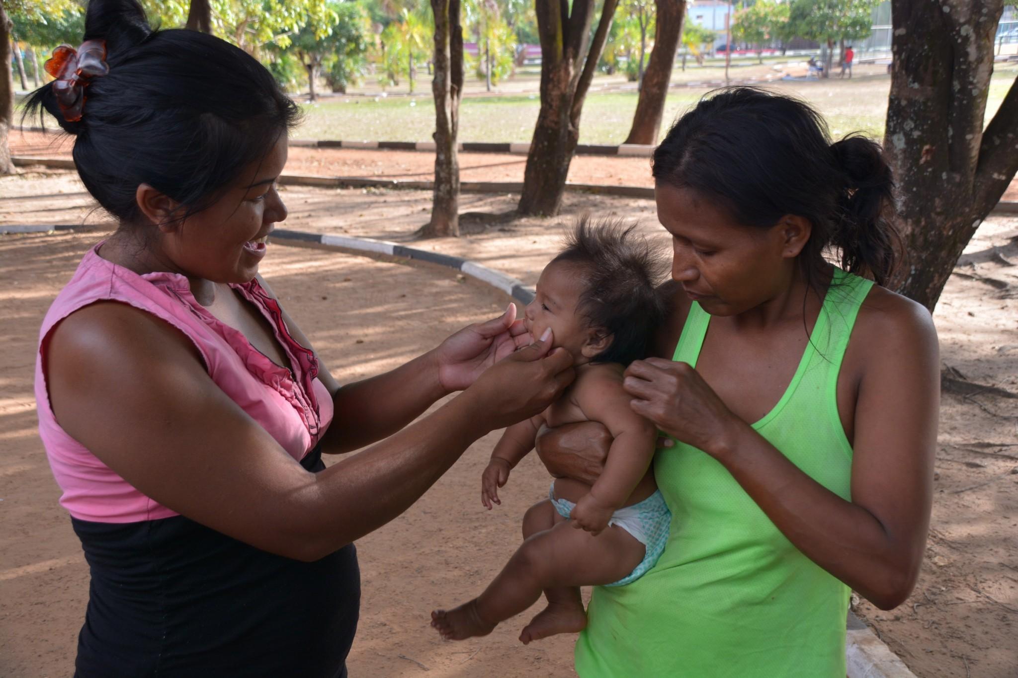 Medica Fiorella atiende la pequeña Roidelis Rattia