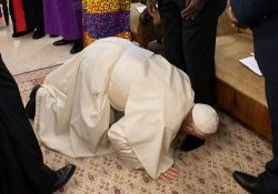 Francisco beija os pés dos líderes do Sudão do Sul pela paz