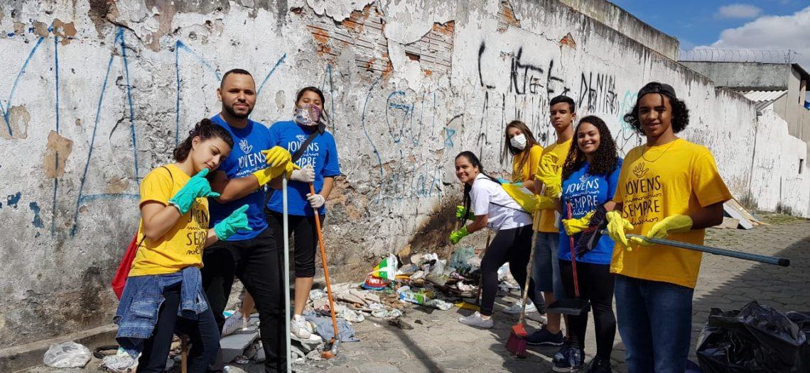 Jovens missionários promovem limpeza pelo bairro