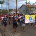 Os jovens missionários rezam o terço pelas ruas de Pindorama do Tocantins