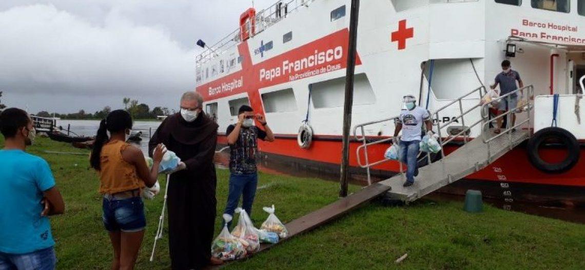 Barco-Hospital Papa Francisco distribui cestas básicas no Pará