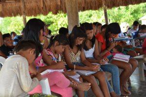 Crianças anotam compromissos em reunião na Comunidade São Mateus_ TI RSS Roraima