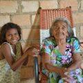 Dona Hilária da Silva uma das fundadoras da aldeia Cantagalo com a neta Maria Edurarda TI RSS