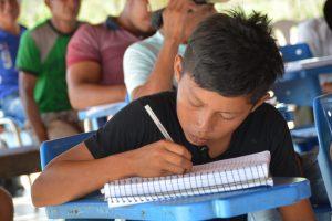 Menino anota a memória da luta durante reunião na Comunidade São Mateus TI RSS