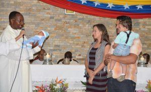 1. P. Rodrick hace la presentación de un niño nela Parroquia de Carapita
